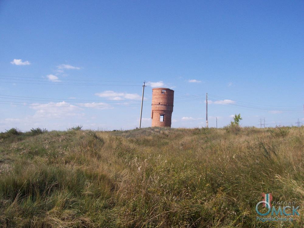 Покосившийся остов водонапорной башни