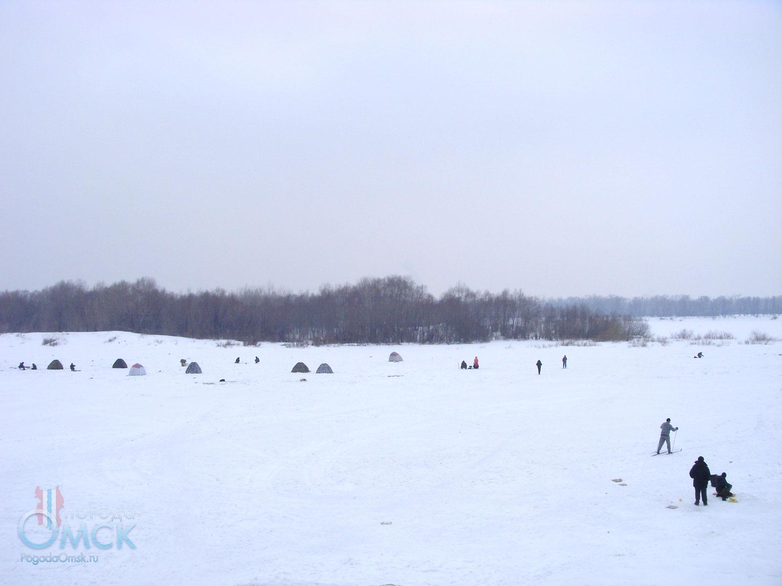 Рыбалка со льда рядом с затоном Омского речного порта