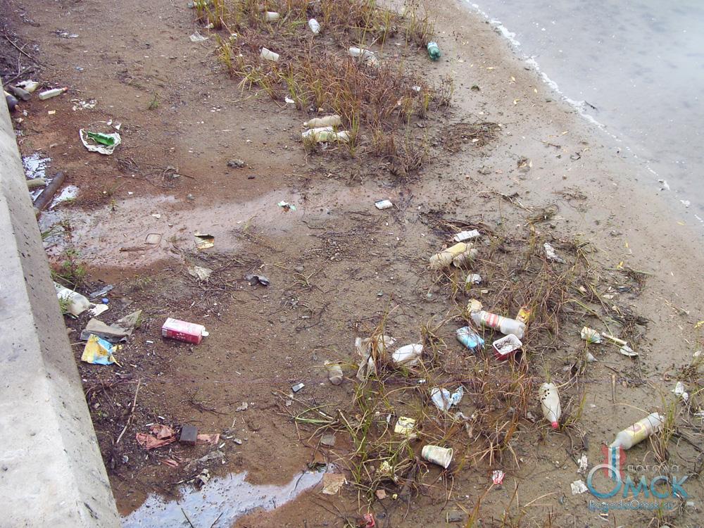 Выброшенные отходы на берегу Иртыша