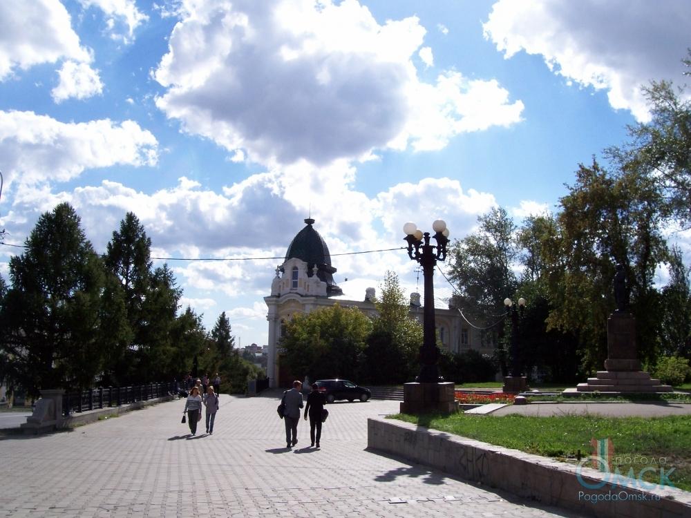 Улица им. Ленина, впереди здание Омской медицинской академии