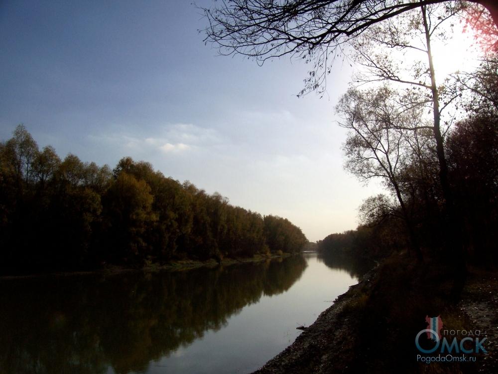 Гладь реки отражает лучи солнца