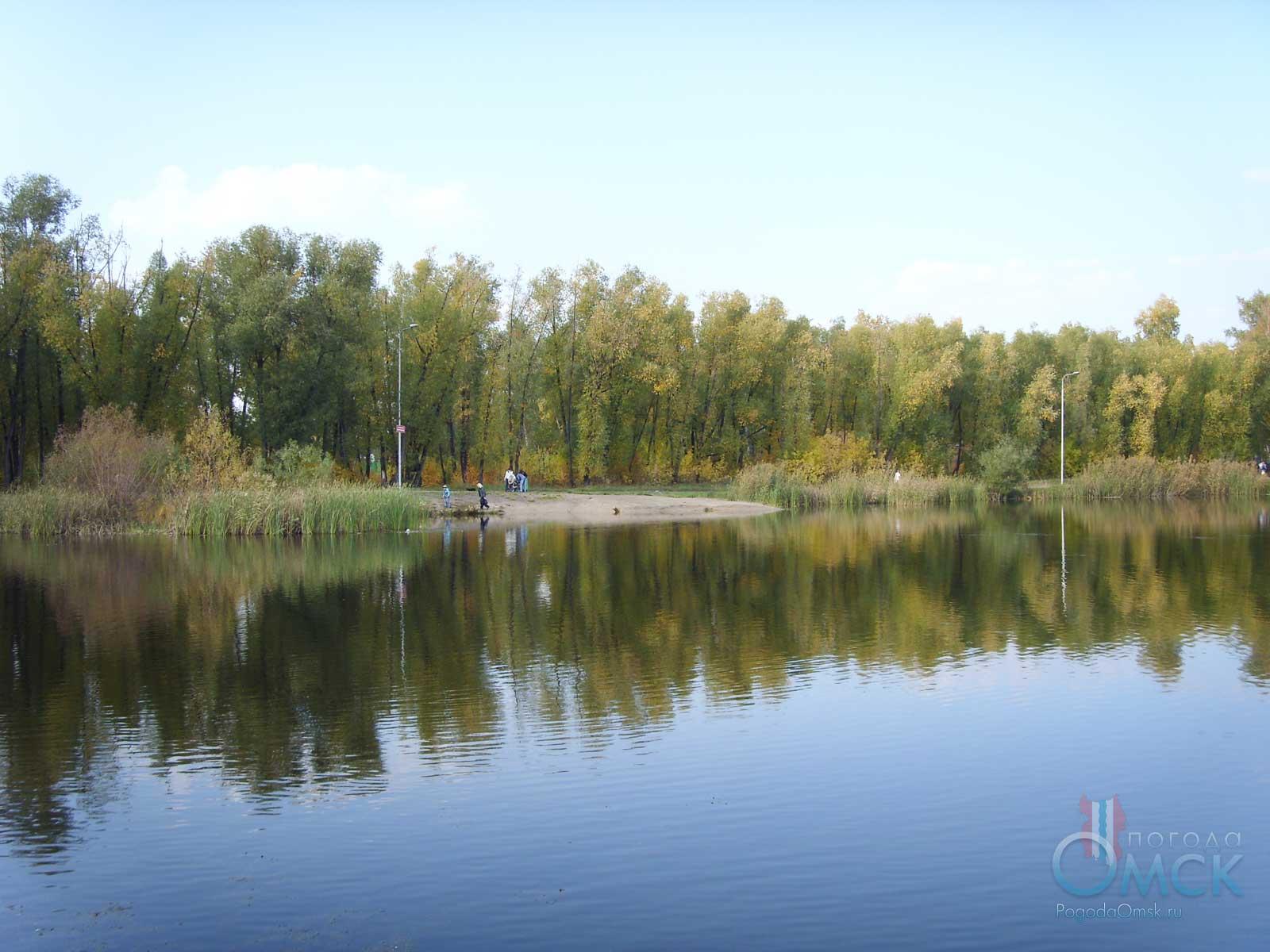 Вид на озеро осенью