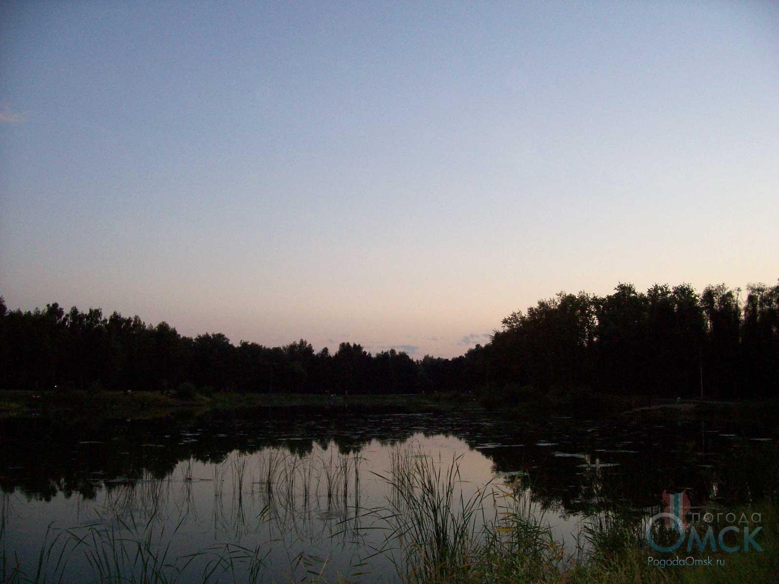 Вид на озеро летним вечером